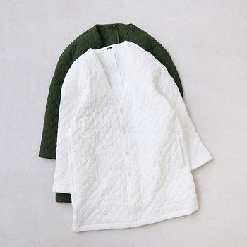 麻とコットンのナチュラルな質感が優しい「TISSU(ティシュ)」のキルトジャケット。スプリングコートやロングカーディガンのような気楽な感じで羽織れるのが嬉しい。もちろん中綿入りで暖かさもしっかり確保されていますよ。
