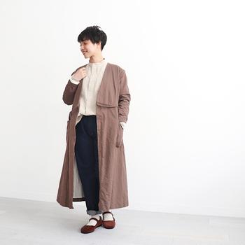 ノーカラーのシャツに、ワイドシルエットのデニムパンツを合わせたスタイリング。ブラウンのロング丈カーディガンをプラスして、ちょっぴりボーイッシュな雰囲気のマニッシュコーデに仕上げています。