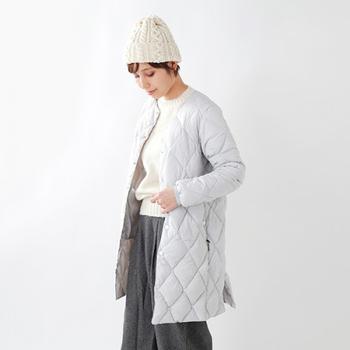 同じく「ロフトラボ」から薄手でインナー仕様も可能なキルティング仕立てのダウンコート。普通のインナーダウンコートより羽毛量が多くしっかりとした作りなので、1枚でも十分な暖かさ。ミニマルなデザインがナチュラルファッションをきれいにまとめてくれます。
