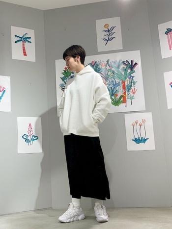 カジュアルモードなスタイルに挑戦してみたい方には、白と黒のモノトーンスタイルがおすすめ。パーカーやタイトスカートなどのカジュアルアイテムも、全身を白と黒でまとめれば大人っぽさ抜群のクールなスタイルに仕上がります。