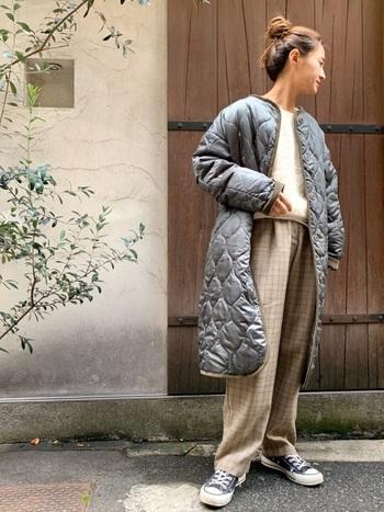 人気のラテ色コーデにグレーのキルティングコートをオン。優しい雰囲気に少しクールさがプラスされて新鮮。甘さと辛さのバランス感が絶妙ですね。