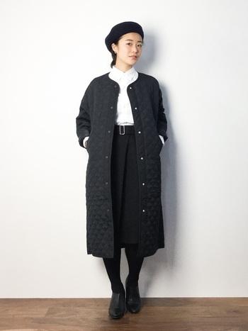 ロングキルティングコートは、タイトなシルエットがとてもスタイリッシュ。全身ブラックでも素材の軽やかさのおかげか重くなりすぎないのが嬉しい。縦長を意識して、ハイウエストでベルトマークしたのもスタイルアップのポイント。ブラウスは白を選んでキリッと品よく!好感度の高いコーデの完成です。