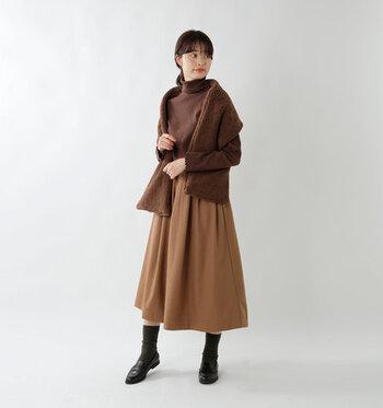 ブラウンのタートルネックトップスを、同系色のフレアスカートにタックイン。ベーシックアイテム同士を合わせつつ、トップスと同じ色のストールでナチュラルなアクセントを利かせています。ローファー×靴下の組み合わせも、ナチュラル派さんの王道スタイルです。
