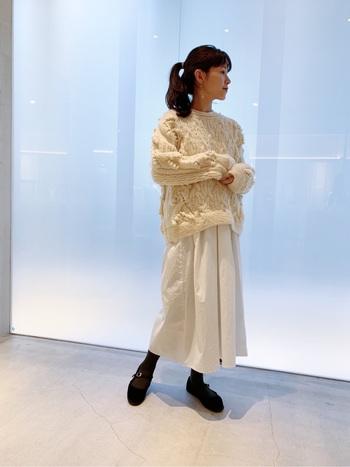 ざっくりとした白ニットに、白のロングスカートを合わせた着こなし。足元は黒でまとめて、重めのワンポイントをプラスしています。色味を白や薄いベージュで揃えるだけで、ナチュラル感がグッと高まりますね。