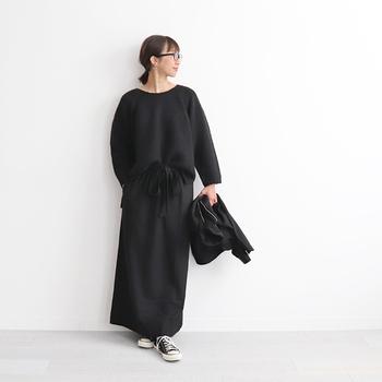 黒のトップスとロングスカートを合わせた、ベーシックな黒コーデです。アウターも黒で揃えると、誰でも簡単にシンプルでモードな着こなしを楽しめます。足元に白×黒のシューズをチョイスして、小さな面積で白をプラスしているのがポイントですね。