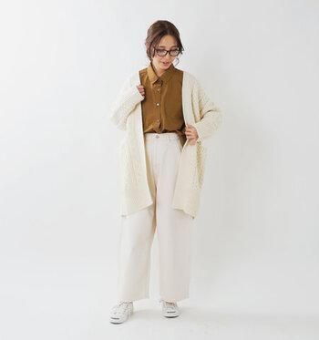 白のカーディガンにワイドパンツを合わせた、パンツスタイルのナチュラルコーディネートです。濃いベージュのシャツをインナーにチョイスして、爽やかに。足元は白のスニーカーで、きちんと感のある着こなしをおしゃれにカジュアルダウンしています。