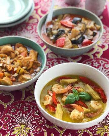 タイのカレーは地元では『ゲーン』と呼び、こぶみかんの葉やレモングラスなどのハーブを調合して多くの種類が作られます。青唐辛子を使った辛みの強い『グリーンカレー』、見た目よりマイルドで深みのある辛さの『レッドカレー』、ココナッツクリームを使い、辛味と風味がマイルドな『イエローカレー』などが有名です。