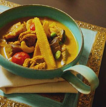 スリランカのカレーは、スープ多めのサラサラタイプ。魚を使ったフィッシュカレーのほか、チキンカレーや豆カレーなどさまざまな種類があり、多種多様のスパイスをブレンドして使います。ココナッツミルクの甘みと、じんわり汗をかくスパイスの辛みとの調和を楽しむ独特の味わいです。