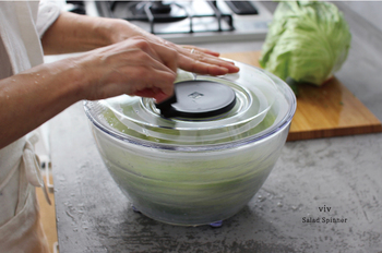 シンプルなデザインで、キッチンに馴染むサラダスピナーです。ハンドルを起こして回転させることで、中に入れた野菜の水切りを手早く仕上げることができます。底にはシリコンの滑り止めが付いているので、片手で楽に回せるのも魅力のひとつ。