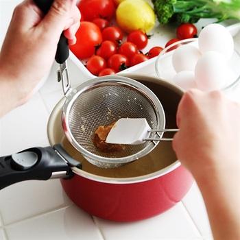 みそこしとシリコンべらがセットになった、ありそうでなかったキッチンツールです。今までおたまに菜箸でみそをといていたという方は、驚くほどの時短調理が叶うはず。