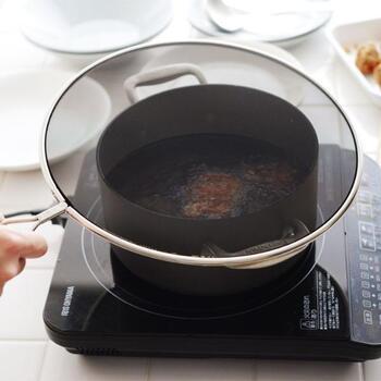 揚げ物や油の飛び散りが気になる肉料理は、掃除がめんどくさいし苦手と感じている方も多いはず。でもこのメッシュカバーがひとつあれば、油ハネを軽減してくれます。