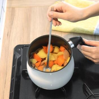 料理の味見や、煮物で野菜の固さをチェックしたいとき、いちいち箸やスプーンを持ち帰るのは面倒ですよね。そんなシーンでおすすめなのが、味見用のスプーンと火の通り具合をチェックできるフォークが両端についているこちらのアイテム。