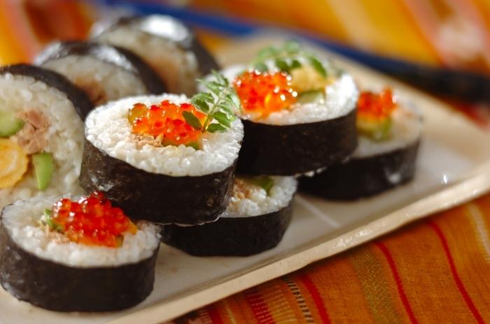 ツナマヨが入った、お子さんも大好きなやさしい味の巻き寿司。スペシャル感を出すために、上にイクラをトッピング。