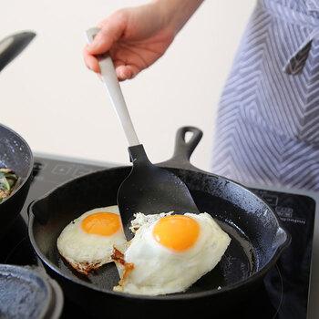 炒めたものを、そのまますくって盛り付けることができる「すくえるターナー」も、あると何かと便利。目玉焼きなどを盛り付ける際には、通常のターナーとして。汁気のある炒め物も、深さのあるデザインなのでそのまますくって盛り付けることが可能です。