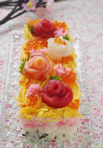 ケーキ寿司は、牛乳パックを型として使うことができます。寿司飯と具材をミルフィーユ状に詰め、型から抜いたらデコレーションを施すだけ。