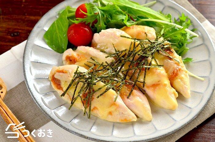 電子レンジで簡単に作れるレシピです。淡白な味のささみが、みそとチーズで食べ応えのあるメインディッシュになります。お弁当のおかずにもいいですね。鶏のささみなので、ヘルシーなのもうれしい。