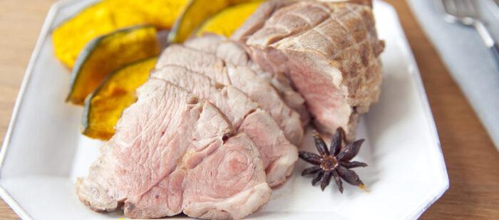 オーブンレンジを手に入れたら作りたいのが、塊肉をローストする料理。ローストポークは手が込んでいるように見えますが、たれに漬け込んだ豚肉をオーブンで焼くだけ。一緒に野菜を焼いてもおいしいです。ごちそう級のメインディッシュが出来上がります。
