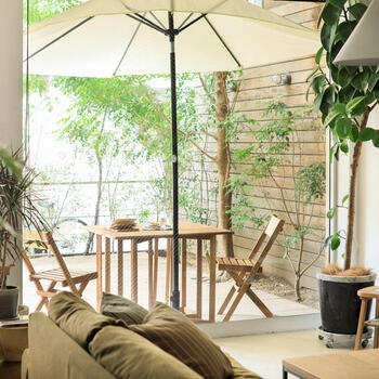 お花やグリーンが少ないベランダでも、お部屋のように演出することで、ぬくもりのある空間を作ることができます。  真っ先に取り入れたいのは、テーブルとイスです。 置くだけで一気にくつろぎ感のあるおしゃれな空間になります。