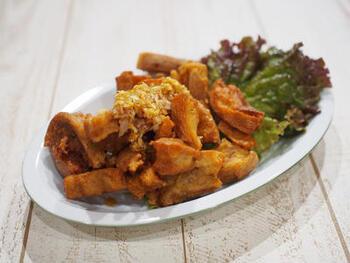 車麩のから揚げに、甘辛ねぎだれをかけて油淋鶏風に。白いご飯によく合う味。