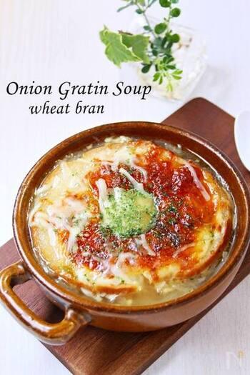 車麩と生麩の2種類のお麩を使ったオニオンスープ。お麩はオーブントースターで軽く焼いてからスープに加えると、美味しさが長持ちします。