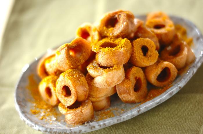 小さめの車麩を使えば、ひとくちサイズでお子さんも食べやすい!昔食べた駄菓子を思い出すどこか懐かしい味です。カレー粉をまぶしてスナック菓子風に。