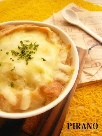 煮込んでくたくたになった春キャベツの自然の甘みがたまりません。仕上げにとろけるチーズをかけ、トースターでこんがり焦げ目がついたら出来上がりです。