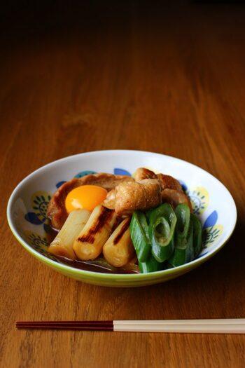 フライパンで手軽に作れるすき煮。やわらかい鶏肉に、味がしっかりしみ込んだ車麩のコンビネーションが絶品です。生卵とからめて召し上がれ。
