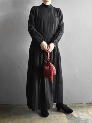 リネン100%のクラシックなブラックドレス。リネンといえば夏向きな素材のイメージですが、こちらは一年中着れるリネンドレス。パールやファーといった小物を合わせて着る冬のリネンもおしゃれではないでしょうか?