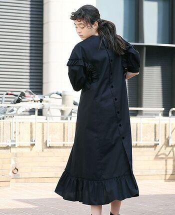 バッグボタンのロングドレス。腕から腰にかけてとすそのフリル、そしてボリュームのある袖に可愛らしさがありますが、スカート部分はタイトなため大人の女性にも◎。