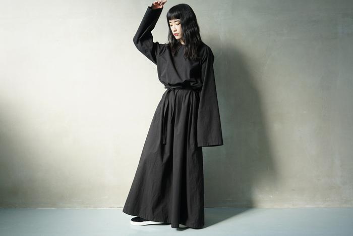 こちらも「Edwina Hoerl」のブラックドレス。全体的にばさっとしたオーバーサイズなシルエットで、ヴィンテージのような雰囲気があります。コットン素材ですが生地がしっかりしているため、カジュアルになりすぎない不思議なドレス。こんなドレスもオケージョンシーンにいかがでしょうか。