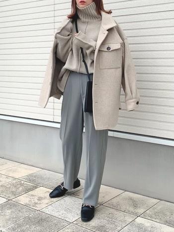 ほどよいゆとりのあるデザインのパンツですが、センタープレスがきっちり入っているので、広がり過ぎず、すっきりと見えます。きれいめコーデはもちろん、カジュアルにも着こなせる一着です。