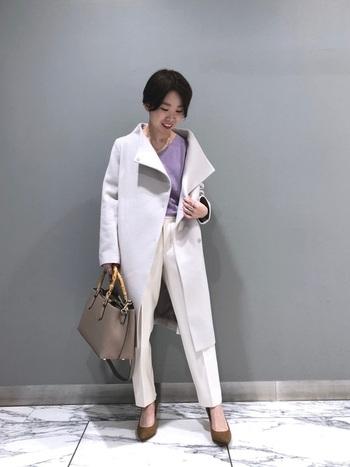 白いシガレットパンツは抜け感があり、エレガントな着こなしが得意です。ウールが入った二重織素材で、あたたかく、オンオフ問わず使える一枚になっています。