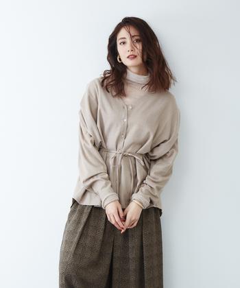 落ち着きのあるトーンで合わせたVラインのシャツとハイネックは上品さをもたらします。レイヤード時の着ぶくれが気になる方は、ウエストマークができるデザインを選ぶとスッキリとした印象が作れますよ。