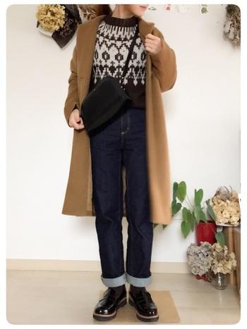 ハイウエストパンツの裾をロールアップして、軽やかさをプラス。季節の変わり目など、足元で軽さを調整したいときにも使える技ですね。