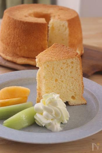 シフォンケーキは普通のケーキ型の倍近い高さがあり、焼くと生地は更にそれより高く膨らみます。大型オーブンであれば問題はないのですが小型オーブンの場合、型のサイズによってはオーブンに入らなかったり、入っても膨らんだ生地がオーブンの庫内につかえる事故が起きるたりする事も。