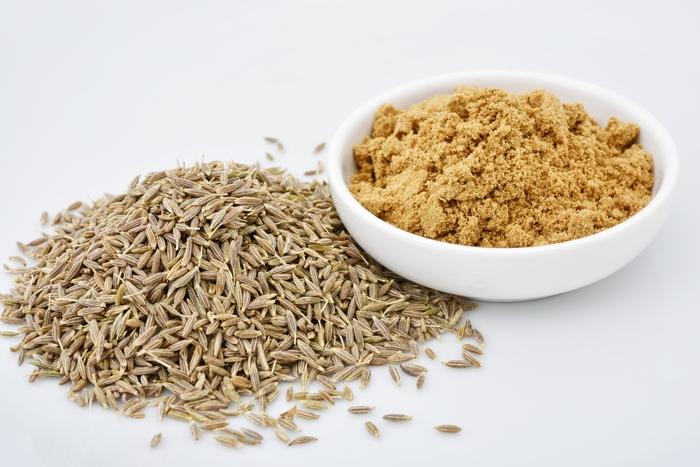 カレーには欠かせない香辛料で、ほのかな苦みがあり、単体でもカレーらしい独特な香りがします。粒状のままのクミンシードと、粉状にひいたクミンパウダーのどちらも用途の広いスパイスです。鎮静効果や利尿、消化促進効果があると言われます。