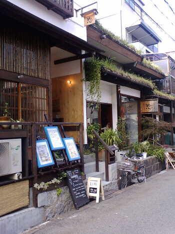 """大阪では、古くから""""人形の街""""として知られるほど、五月人形や雛人形の卸問屋の立ち並んでいたのが、松屋町(まつやまち)。「大阪では、""""まっちゃまち""""って呼ばれてんねん」"""