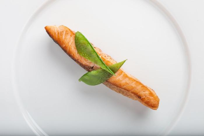 1週間のうち、例えば「月・金を魚の日、火・木・土を肉の日、日曜を豆腐の日、水曜は食材の調整日」のように、曜日ごとに使う食材を決めてしまいましょう。魚なら魚の中で何を選ぶかは、お店の品揃えを見てから考え始めるほうがラクですよね。