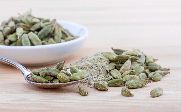 「香りの王様」とも呼ばれるほど豊かな甘い香りを持つスパイス。味にはほろ苦さと辛みがあります。口臭予防や頭痛の緩和のほか消化促進に効くとされ、チャイにもよく使われるスパイスです。