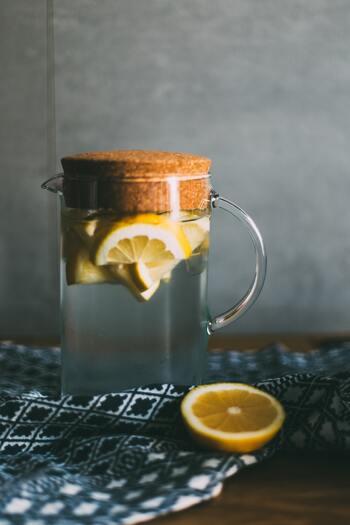 お肌を内側から潤す、最善の方法は水分をこまめに摂ること。汗をかき喉が渇きやすい夏はもちろんのこと、冬も同じように体は水分を必要としています。理想的な水の摂取量は、1日に2~3リットルと言われています。一度にたくさんの量を摂取するのではなく、こまめに水を飲む習慣を身につけましょう。