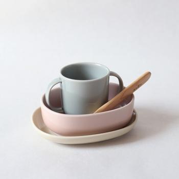 フィンランドのデザイナーによって作られた、「NUPPU(ヌップ)」の離乳食食器セット。波佐見焼の食器は、フィンランドの野生の花をイメージして色組みされています。購入3年以内であれば、割れてしまっても1度だけ交換してもらうことができるという補償付き。