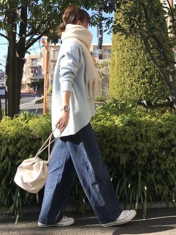 ペールブルーのニットと相性のいいデニムパンツで作る大人のカジュアルスタイル。スニーカーやバッグ、マフラーなど小物は全て白で統一することでバランス良くまとまります。