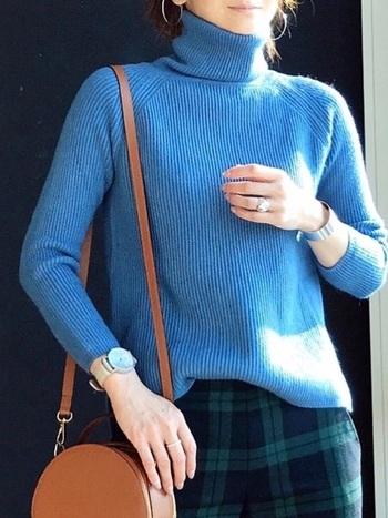 世界有数の色見本帳メーカー、アメリカのPANTONE (パントン)社が毎年発表している「 カラー・オブ・ザ・イヤー」。2020年の流行色は、夕暮れの空のような「クラシックブルー」ということで、今年は青のお洋服もいつも以上に多く見られるでしょう。