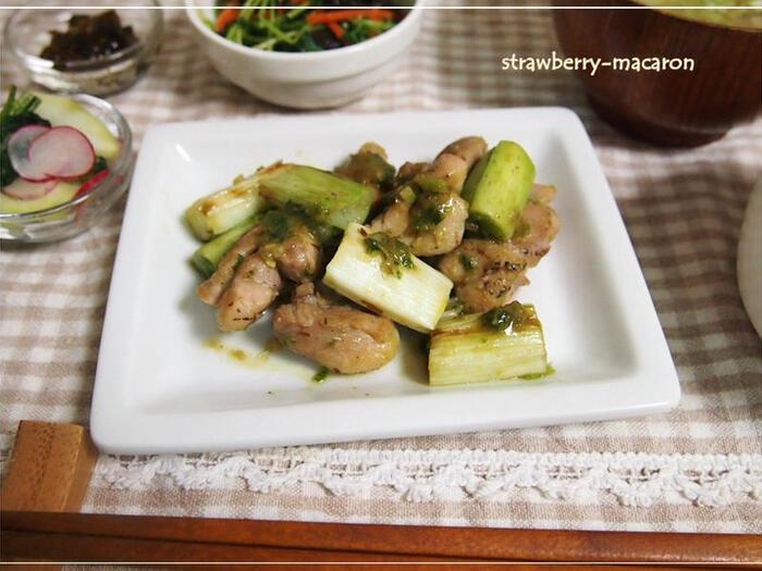 このレシピは白ネギを1本まるごと使います。青い部分は細かくしてネギ味噌に。白い部分はじっくりと焼いて甘味をしっかりと引き出しましょう。