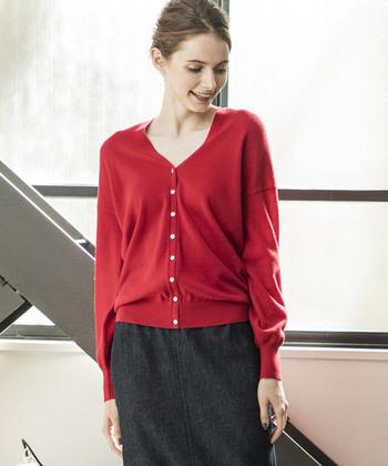 60年代のフランス女優アンナ・カリーナさんが映画の中で着ていたような、ハッと目を引く真っ赤なカーディガン。これ1枚で羽織ったり、ボタンを留めてセーターのように着こなせる優秀アイテムです♪  赤のニットはシンプルな黒やグレーのタイトスカートに合わせても印象的でオシャレなスタイルに仕上がりますよ。