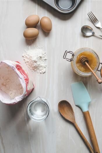 ゴムべらの主な用途は、ボウルから生地をこそげ取るために使いますが、泡立てた卵と粉を合わせるなど生地を混ぜる工程でも必要です。