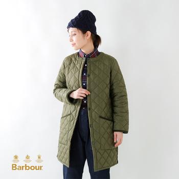 秋冬から春先まで活躍するキルティングコート。中綿入りなので暖かく、マフラーやストールなど防寒具との相性が良いのもメリット。旅行するときにも便利なアウターなので、ベーシックなデザインのものを1着持っておくととても便利です。英国ブランド、「Babour(バブアー)」のキルティングコートは定番中の定番。オリーブは特に人気色。おすすめです。