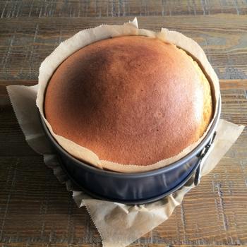スポンジケーキを焼くには欠かせないホールケーキ型。大きく分けると、底が取れるタイプと一体型の共底型に分かれます。
