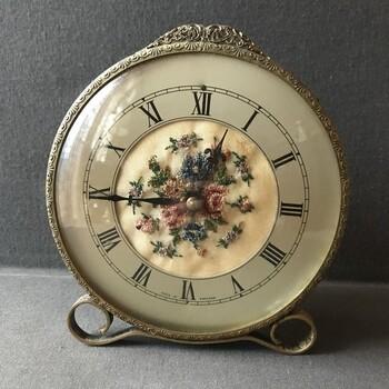 イギリス製のアンティーク時計です。細かな部分まで丁寧な装飾が施され、保存状態も大変良いですね。ガラスにダメージがないのは、これまでの持ち主が大切に扱ってきた証拠です。