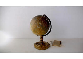 戦前戦後からの昭和初期に使われていた地球儀です。日に焼けたような褪せた色合いを眺めていると、当時の空気が蘇るような気持ちになります。